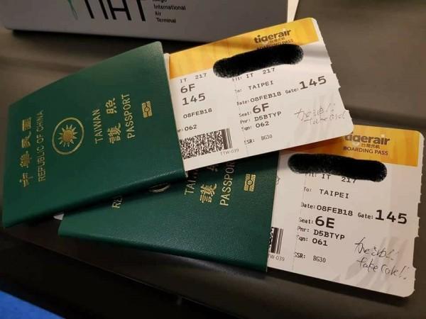 網友分享,今天從東京搭機回台北時,地勤人員在登記證上寫下「加油!」、「take care!」。(圖取自「爆料公社」粉絲專頁)