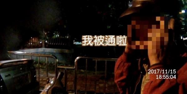 員警攔查一名機車騎士並要求查驗證件,沒想到該名騎士竟然直接對員警坦承「我被通啦」。(圖擷取自影片)