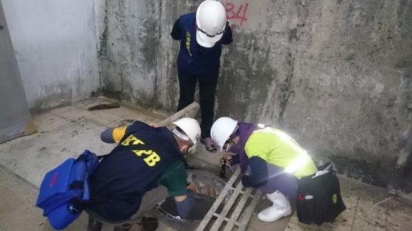 疾病管制署1月4日確診台南市今年首例屈公病境外移入病例,病患為菲律賓籍移工,防疫人員清查病媒蚊孳生源。(資料照)
