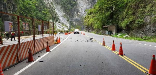 台8線中橫公路174公里、位於慈母橋至九曲洞間,今天下午2時44分發生落石砸傷3名遊客意外。(民眾提供)