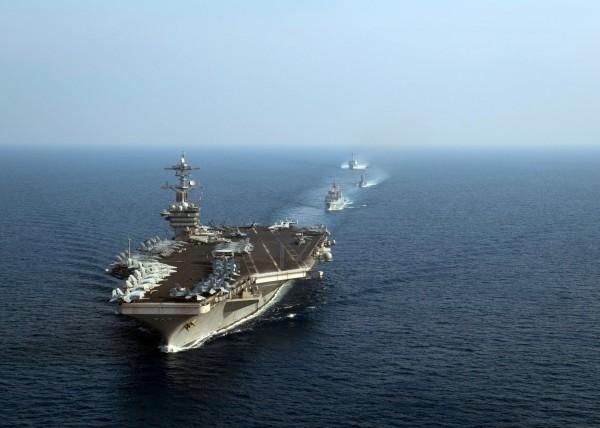 中共4月11日至13日南海軍演提早結束,外界猜測可能和美國羅斯福號航空母艦直接開過去有關。圖為羅斯福號航母艦隊4月11日行駛在南海上。(法新社)