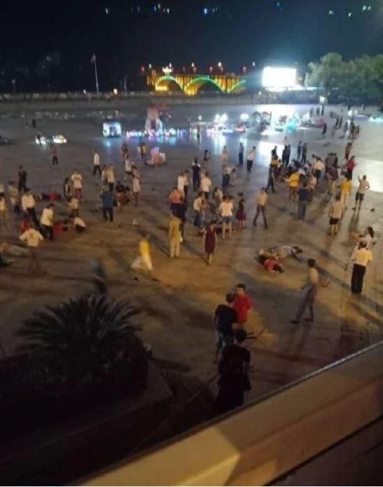 中國湖南省1名男子先開車衝撞廣場人群聚集處,再下車砍殺群眾,死傷人數現已新增至55人。(圖擷取自澳洲新聞網)