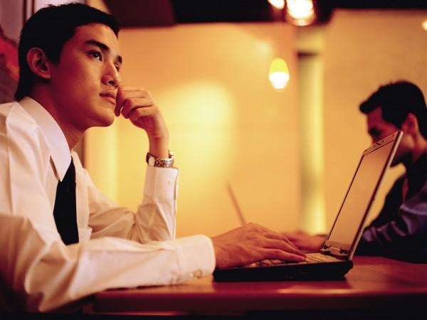 很多現代人因為生活忙碌,每天睡眠的時間都不夠,肝臟可能因此出問題。(情境照)