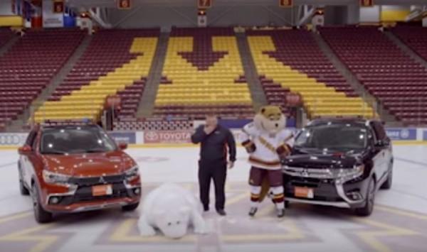 大白熊最後更直接倒趴在地上,主持人與球隊吉祥物見狀忍俊不禁。(擷取自YouTube)