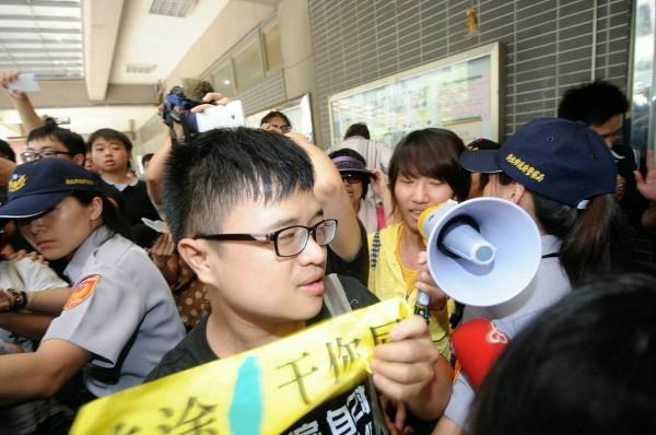 張志軍訪汐止,民眾前往抗議,並與警方推擠。(記者方賓照攝)