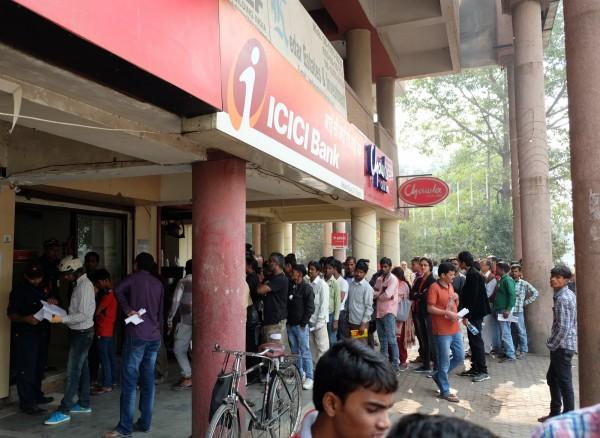 印度政府宣布面額500、1000盧比的紙鈔自9日起作廢,今天(10日)銀行恢復營業後,各地民眾湧向銀行,必須排上好幾個小時才能換到新鈔,對當地民生影響相當大。(中央社)