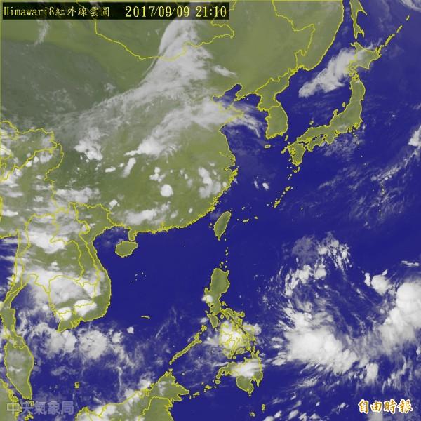 中央氣象局指出,位於關島東南方的熱帶性低氣壓,今晚已生成今年第18號颱風泰利。(圖截自中央氣象局)
