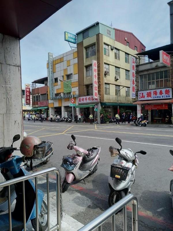 照片裡看不到 網友:馬英九吃麵當天附近道路淨空