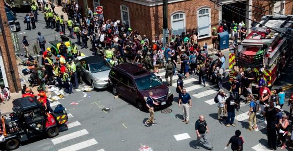 白人至上主義者遊行時,有1輛車衝進人群,在現場造成1死19傷。(法新社)