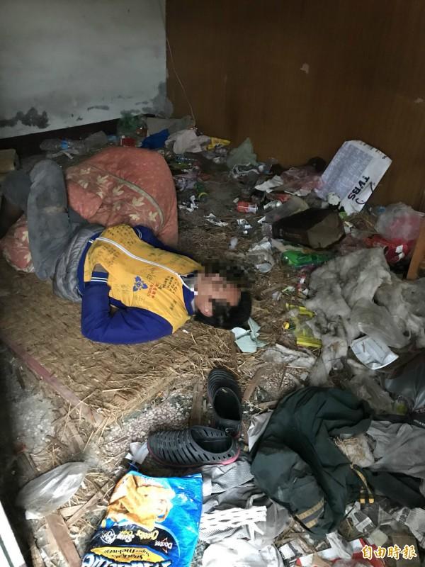 寒潮來襲,黎姓老翁先幫戴姓遊民找到一處無主屋,暫且棲身避雨。(記者蔡政珉攝)