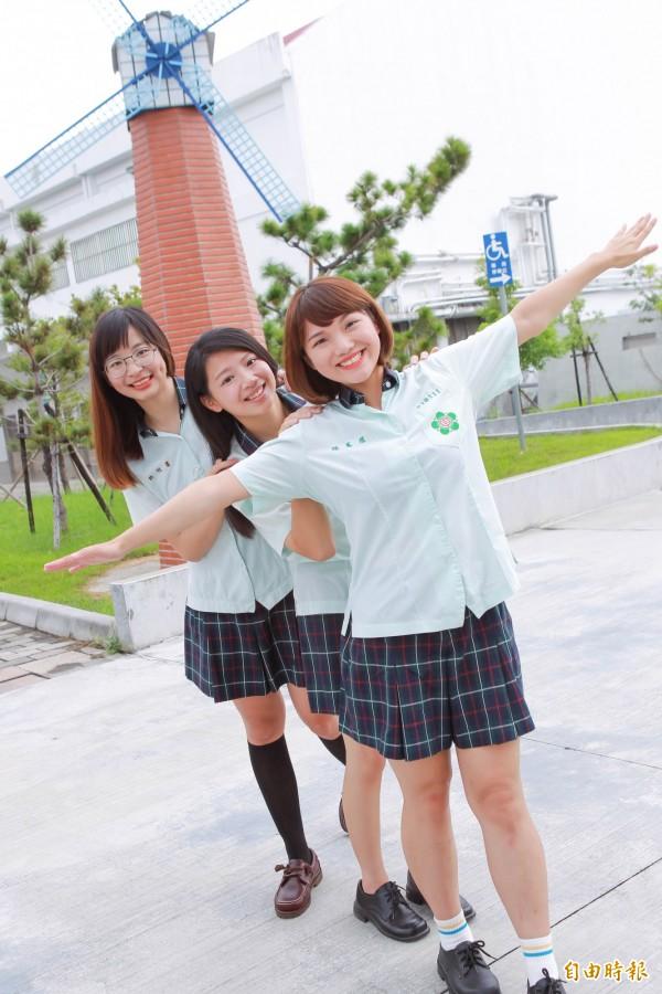 田中高中嫩芽綠色制服辨別度極高,最能代表田中第一學府的精神。(記者陳冠備攝)