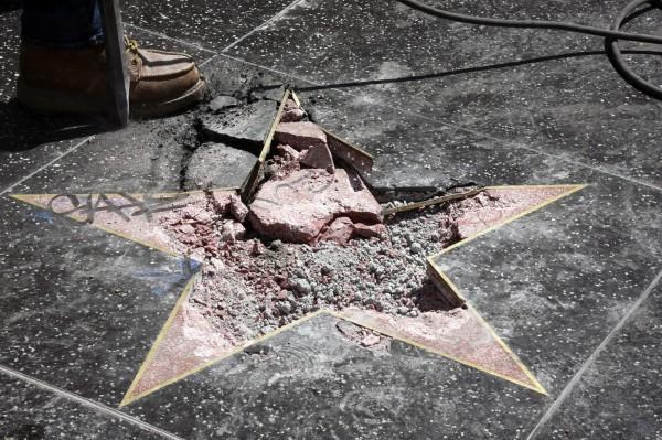今年7月,川普之星被人严重破坏,面目全非。(欧新社)