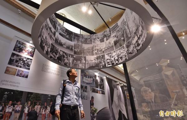 配合二二八70週年,將舉辦「人民力量。打破禁忌、二二八平反與轉型正義」特展,策展人邱萬興(中)在會場仔細檢視展覽內容及布置。(記者劉信德攝)