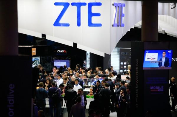 美國商務部宣布,禁止該國企業7年內向中國電信設備商中興通訊(ZTE)銷售敏感產品。圖為該公司上月在西班牙世界行動通訊大會的攤位。(彭博)