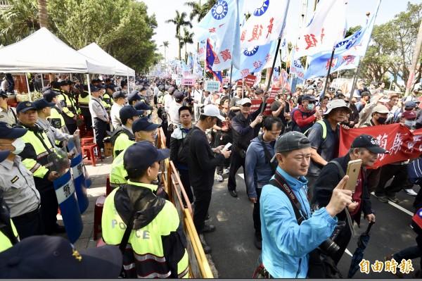 反年改最近發起許多抗議活動,更造成多人受傷。(記者羅沛德攝)