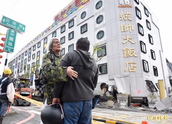 統帥飯店9日上午開始進行拆除作業,曾在飯店任職的員工陳臺灣和老同事回到現場看飯店最後一面。(記者羅沛德攝)