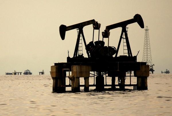 伊朗再被制裁,原油價格大漲2%至3%。(路透)