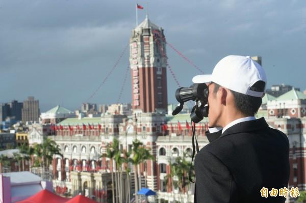 中華民國106年國慶大會10日上午在總統府前舉行,安全人員在制高點以望遠鏡監控府前廣場四周。(記者張嘉明攝)