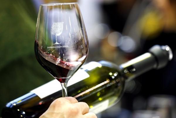 喝紅酒對人的身體和眼睛都有幫助。(路透) ☆飲酒過量  有害健康  禁止酒駕☆