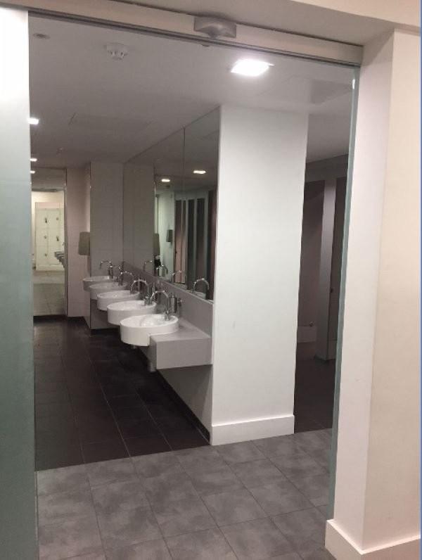 英國北倫敦的貴族學校海格特公學(Highgate School),今年推出新的「性別中立」廁所。但部分家長表示,小孩並沒有因為性別中立廁所在學校感到快樂,反而比較不開心。(圖片為校內廁所照片,擷取自英國媒體METRO)