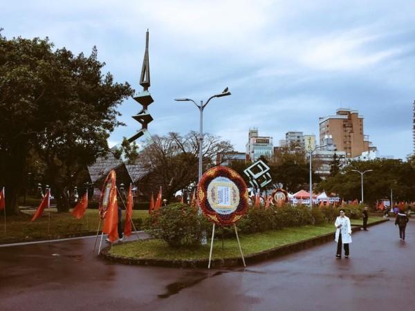 有民眾指出,今日竟有人在228公園插滿了五星旗,據傳此舉是為了進行共產黨紀念228活動,引發外界議論。(圖由網友楊剛提供)