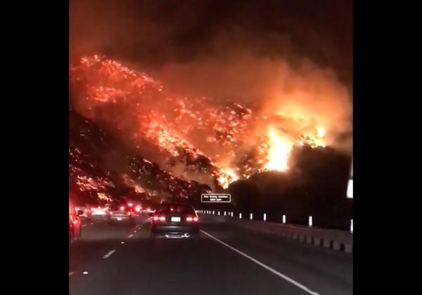 整座山幾乎在火海中。(取自網路影片)