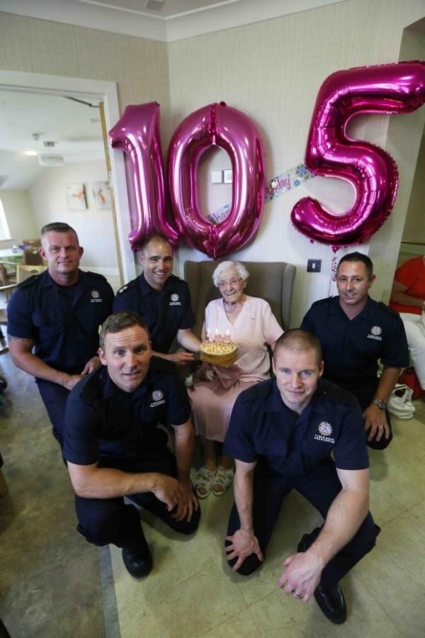 這回的生日派對使艾維納驚喜萬分,不僅有一位消防隊員為她獻上蛋糕,她還和整隊的消防隊員開心合照留念。(圖擷取自METRO)