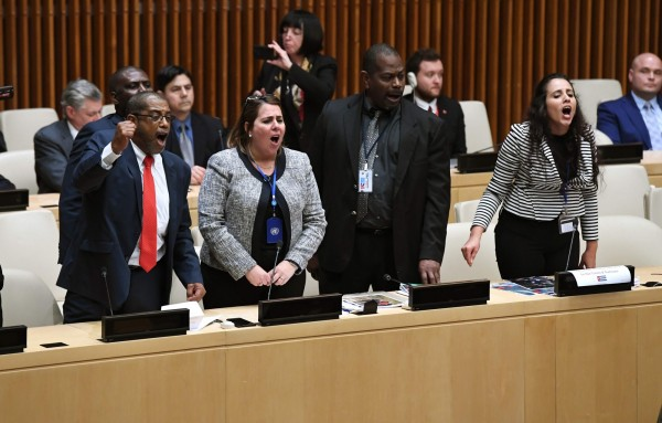 會議當天,由美國駐聯合國經濟及社會理事會代表柯里(Kelley Currie)主持,當她開始致詞後沒多久,約20人組成的古巴代表團開始喊口號、拍桌阻撓會議進行。(法新社)