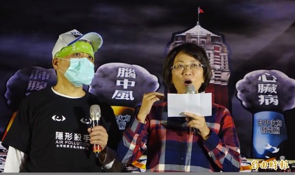 1226全台反空污抗暖化救健康大遊行,國民黨副總統候選人王如玄(右)到場說明國民黨立場。(記者劉信德攝)