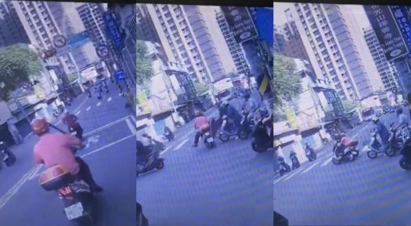 阿伯騎乘電動車闖紅燈,穿越車陣時撞到其他機車騎士因而倒地。(圖擷取自爆料公社)