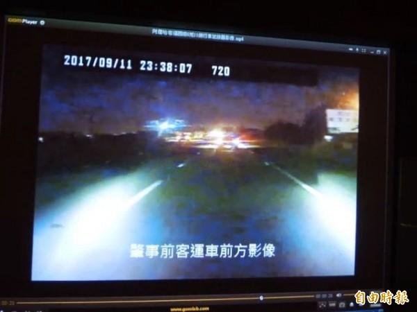 行車紀錄器顯示,自小客車有開車尾燈,也沒有偏移,打臉客運駕駛。但有不少民眾認為,出事路段沒有路燈,太暗。(記者黃旭磊攝)