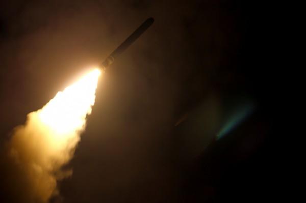 為了打擊敘利亞對平民使用化學武器,以美國為首的聯軍針對敘利亞阿薩德政府的化武設施進行空襲。圖為美國軍艦蒙特雷號對敘利亞發射戰斧式地面攻擊導彈。(法新社)