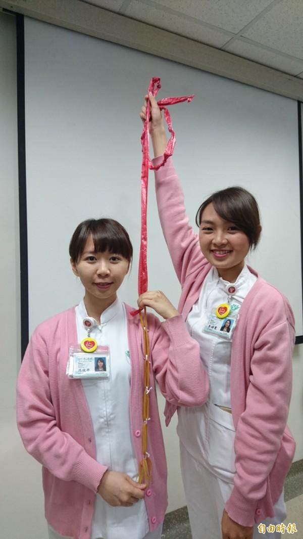 「彈性懸吊帶」材料隨手可得,輔助肩部復健運動,也能做為日常肌力訓練使用。(記者劉婉君攝)