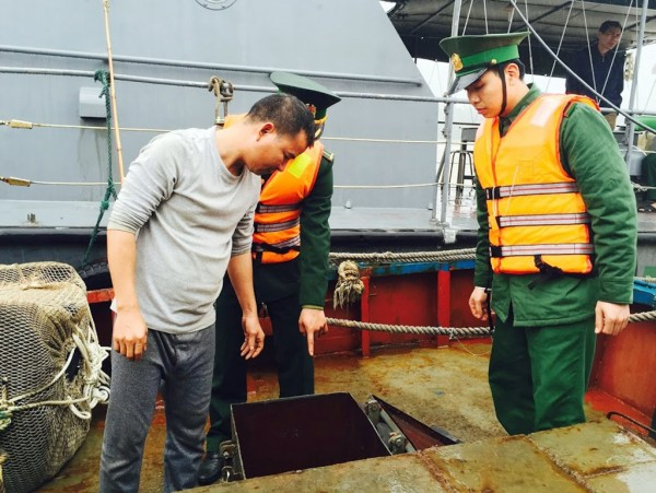 船上被發現載運了超過10萬公升的柴油,船長對此聲稱是要供應在附近海域捕魚的其他漁船使用。(圖擷自TUOI TRE NEWS)