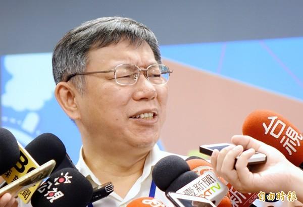 具有民進黨籍身分的台北市家長會長團體聯盟總會長謝俊州,公開力挺台北市長柯文哲,還揚言抵制罵柯的民進黨市議員。柯文哲上午回應此事,有時候抹黑抹紅到一個過頭,還是會引起反彈。(記者朱沛雄攝)