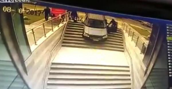 一位駕駛誤將車子開至樓梯間,打開門向路人求救,卻又誤踩油門。(圖擷取自《爆料公社》網站)
