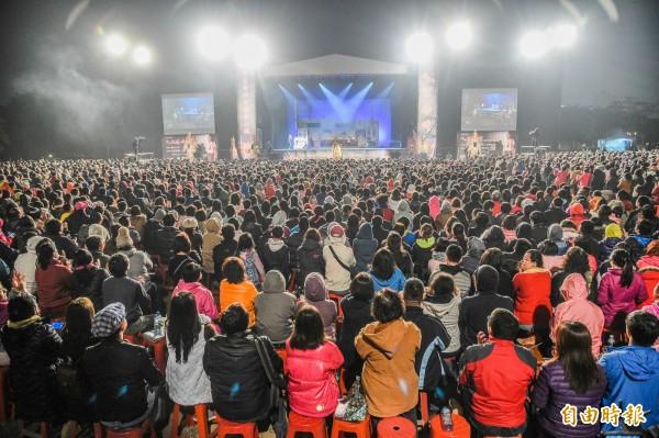 吳念真「人間條件1」免費野台演出今晚首場從高雄衛武營出發,湧入近2萬人。(記者張忠義攝)