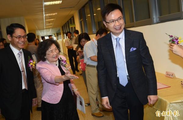 總統府新南向政策辦公室主任黃志芳(右)12日出席東協人力教育中心揭牌及新南向教育論壇。(記者張嘉明攝)