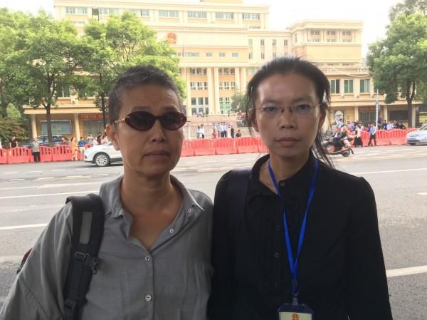 前立委王麗萍(左)陪同NGO人權工作者李明哲之妻李凈瑜前往中國。(李明哲救援大隊提供)