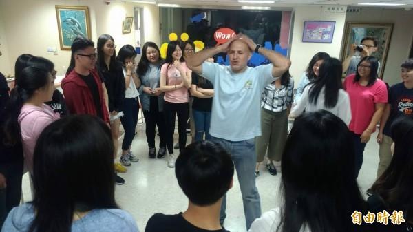 外籍教師向「英語樂學坊」的學員們示範如何以說故事方式,引起學童的學習興趣。(記者劉婉君攝)
