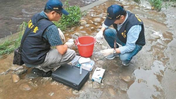 環保署發布最新地面水體分類及水質標準修正規定,加嚴水體中鎘、鉛、總汞、硒環境基準值。圖為新北市環保局稽查人員檢測塔寮坑溪水質。(資料照)