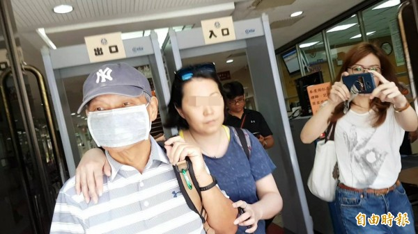 台塑總管理處前資訊部副總李孫儒(左)交保離去,不發一語。(記者謝君臨攝)