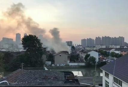 中國江蘇省常熟市虞山鎮,今天凌晨4時32分一處民宅發生大火。官方指出,火場內發現多具屍體,共有22名死者、3人輕傷。(圖擷取自微博)