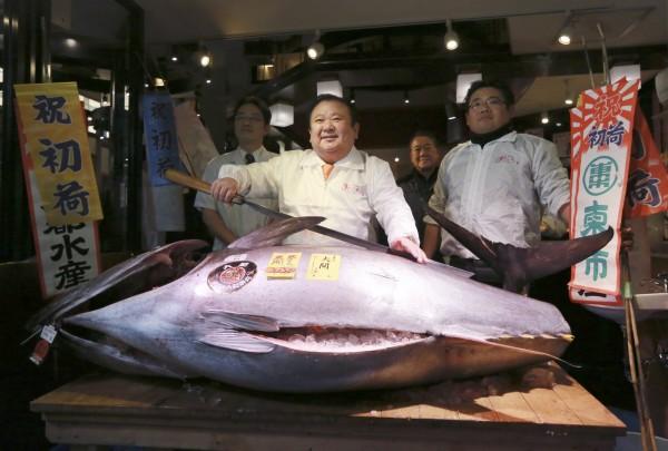 築地市場今日舉辦今年首次鮪魚競標,一條212公斤重的青森縣大間產黑鮪魚以7420萬日圓成交,創下歷史次高價紀錄。(美聯社)