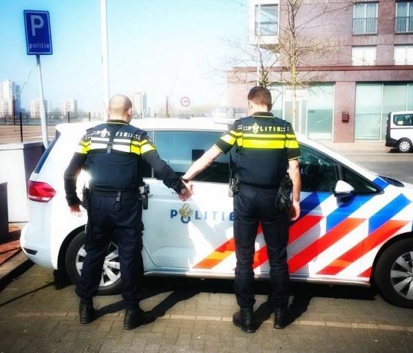 荷蘭民眾踴躍響應「牽手照」運動,力挺同志人權。(圖擷取自pol_saskia的Instagram)