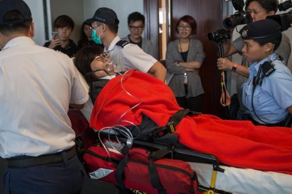 發生推擠衝突後,多名保全稱身體不適後,戴著氧氣罩、躺在擔架上被抬離現場。(歐新社)