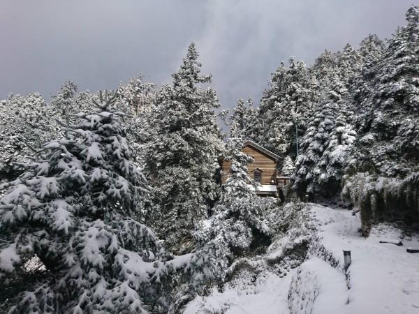 氣象局表示,今晨全台氣溫偏低,中部以北及東北部出現10度左右的低溫,其他低溫也低於15度,白天氣溫略微回升。圖為昨日玉山雪景。(玉管處提供)
