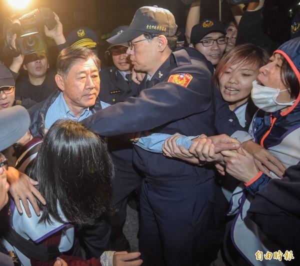 復興航空企業董事陳嘉離開大樓時,遭興航工會成員阻擋,現場再次爆發衝突。(記者黃耀徵攝)
