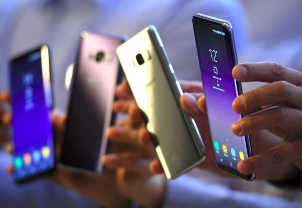 南韓三星旗艦手機Galaxy S8出現螢幕會有不自然淡紅色的災情,三星目前規劃更新軟體。(法新社)