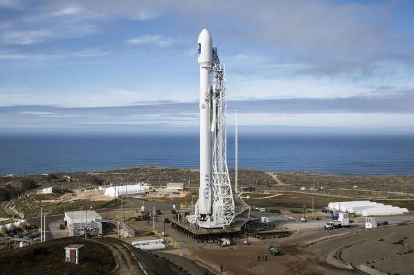 福衛五號將於8月25日,透過美國的獵鷹9號火箭承載,發射升空。照片為獵鷹9號。(中央社摘自SpaceX網站)